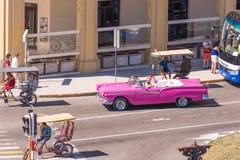 CUBA, HAVANA - 5 DE MAIO DE 2017: Vista da rua da cidade e do cabriolet retro americano Copie o espaço para o texto Imagem de Stock Royalty Free