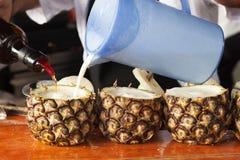 cuba havana 8 Februari 2018 - bartendern förbereder coctail P royaltyfri foto