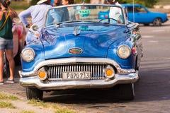 CUBA, HAVANA - MEI 5, 2017: Amerikaanse blauwe retro cabriolet op stadsstraat Close-up Royalty-vrije Stock Fotografie
