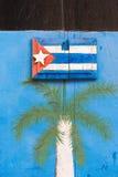 CUBA, HAVANA - MEI 5, 2017: Cubaanse vlag op de deur, Havana Close-up verticaal Royalty-vrije Stock Foto's