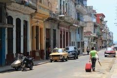 CUBA, HAVANA - MEI 14, 2012: De oude straat van Havana met uitstekende Amerikaanse auto's Royalty-vrije Stock Afbeelding