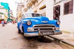 CUBA, HAVANA - MEI 5, 2017: Een blauwe Amerikaanse retro auto op een stadsstraat Exemplaarruimte voor tekst Stock Foto's