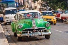 CUBA, HAVANA - MEI 5, 2017: Een groene Amerikaanse retro auto op een stadsstraat Exemplaarruimte voor tekst Stock Foto