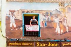 CUBA, HAVANA - MEI 5, 2017: Koffiearbeider op het balkon De ruimte van het exemplaar Stock Fotografie