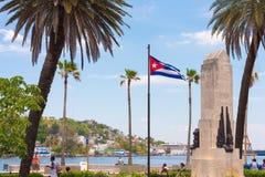 CUBA, HAVANA - MEI 5, 2017: Monument en vlag op de waterkant Exemplaarruimte voor tekst Stock Afbeelding