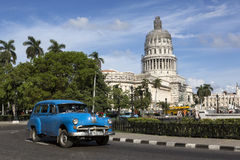 Cuba, Havana, oude auto voor Capitolio stock fotografie