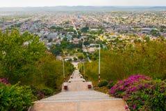 cuba Holguin: Ajardine con las vistas de la ciudad Holguin de la colina de la cruz Una escalera con pasos que va abajo Panoram de Imagen de archivo