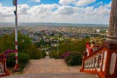 cuba Holguin: Ajardine con las vistas de la ciudad Holguin de la colina de la cruz Una escalera con pasos que va abajo Panoram de Imágenes de archivo libres de regalías
