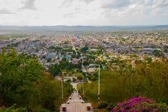 cuba Holguin: Ajardine con las vistas de la ciudad Holguin de la colina de la cruz Una escalera con pasos que va abajo Panoram de Fotos de archivo