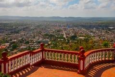 cuba Holguin: Landschap met meningen van de stad Holguin van Heuvel van het Kruis stock fotografie