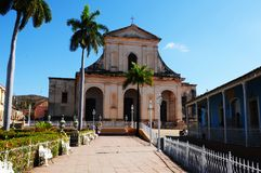 Cuba: Igreja colonial do estilo em Trinidad imagens de stock