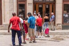 CUBA, LA HABANA - 5 DE MAYO DE 2017: La cola en el intercambio de moneda Copie el espacio para el texto fotos de archivo libres de regalías