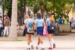 CUBA, LA HABANA - 5 DE MAYO DE 2017: Colegialas en uniforme en la calle de La Habana Copie el espacio para el texto Imágenes de archivo libres de regalías