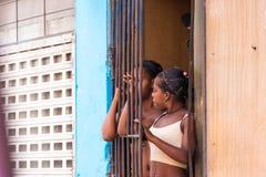 CUBA, LA HABANA - 5 DE MAYO DE 2017: Dos muchachas cubanas cerca del enrejado Copie el espacio Imagen de archivo libre de regalías