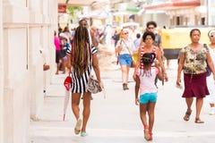 CUBA, LA HABANA - 5 DE MAYO DE 2017: Gente en la calle de La Habana Copie el espacio Fotografía de archivo libre de regalías