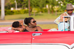 CUBA, LA HABANA - 5 DE MAYO DE 2017: Mujeres africanas en un convertible Primer foto de archivo