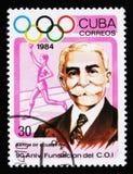 Cuba muestra a Baron de Coubertin, torchbearer, comité olímpico internacional, 90.o aniversario, circa 1984 Imagen de archivo libre de regalías