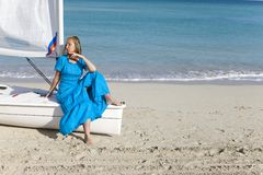 cuba Mujer hermosa en el mar azul cerca del barco con una vela fotos de archivo