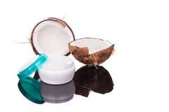 A cuba que contém o óleo de coco é usada como o creme hidratante para a pele Foto de Stock Royalty Free
