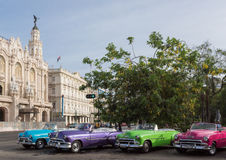 Cuba que muchos coches clásicos parquearon en serie en la ciudad de La Habana imagen de archivo