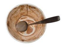 Cuba vazia de gelado de chocolate com colher fotografia de stock