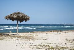 Cubaans strand met golven Royalty-vrije Stock Foto's