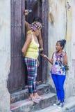 Cubaanse mensen in de straat van Havana Stock Afbeelding