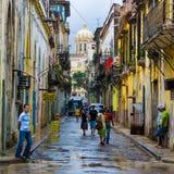 Cubaanse mensen in een oude buurt in Havana Stock Afbeeldingen