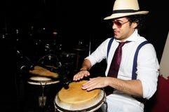 Cubaanse percussionist op zwarte stock afbeelding