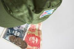 Cubaanse peso's met heldenpictogram van Guevara en Cienfuegos en milit Stock Foto