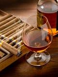 Cubaanse sigaar en fles cognac royalty-vrije stock fotografie