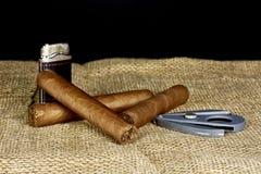 Cubaanse sigaren met een snijder en een aansteker op een zwarte achtergrond Royalty-vrije Stock Foto's