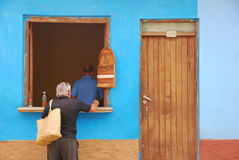 Cubaanse Traditioneel haalt Koffie weg Stock Foto's