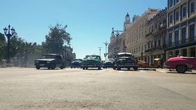 Cubaanse traditionele auto's in het kruispunt in Havana stock footage