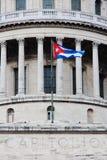 Cubaanse vlag bij de bouw Capitolio in Havana. #1 Stock Foto's