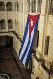 Cubaanse vlag die in een paleis als symbool van vrijheid golven Stock Fotografie
