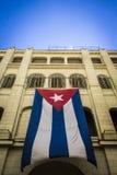 Cubaanse vlag die in een paleis als symbool van vrijheid golven Royalty-vrije Stock Afbeeldingen