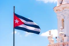 Cubaanse vlag tegen de blauwe hemel De ruimte van het exemplaar Stock Fotografie