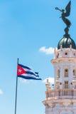 Cubaanse vlag tegen de blauwe hemel De ruimte van het exemplaar verticaal Royalty-vrije Stock Fotografie