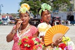 Cubaanse vrouwen die voor toeristen stellen Stock Foto's