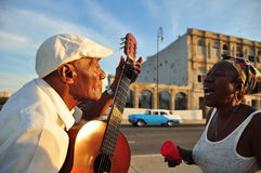 Cubain chantant dans les rues de La Havane image stock