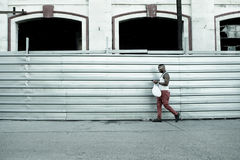 Cubano che cammina a Avana Fotografia Stock Libera da Diritti