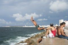 Cubanos jovenes que se zambullen en el mar en Havana Cuba Foto de archivo libre de regalías
