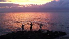 Cubanos que pescan en el Malecon Havana Cuba metrajes