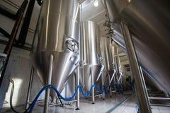 Cubas de la producción de la elaboración de la cerveza Foto de archivo