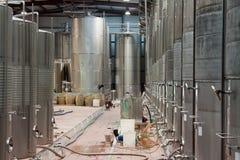 Cubas grandes del metal para la fermentación de la fábrica del vino Fotos de archivo