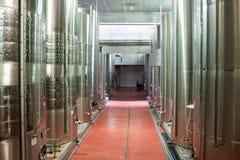 Cubas grandes del metal para la fermentación de la fábrica del vino Imágenes de archivo libres de regalías