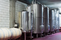 Cubas grandes del metal para la fermentación de la fábrica del vino Imagen de archivo libre de regalías