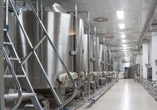 Cubas grandes del metal para la fermentación de la fábrica del vino Foto de archivo libre de regalías