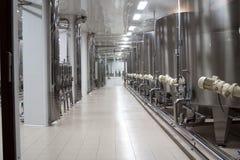 Cubas grandes del metal para la fermentación de la fábrica del vino Fotografía de archivo libre de regalías